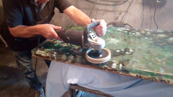 Полировка стола из эпоксидной смолы