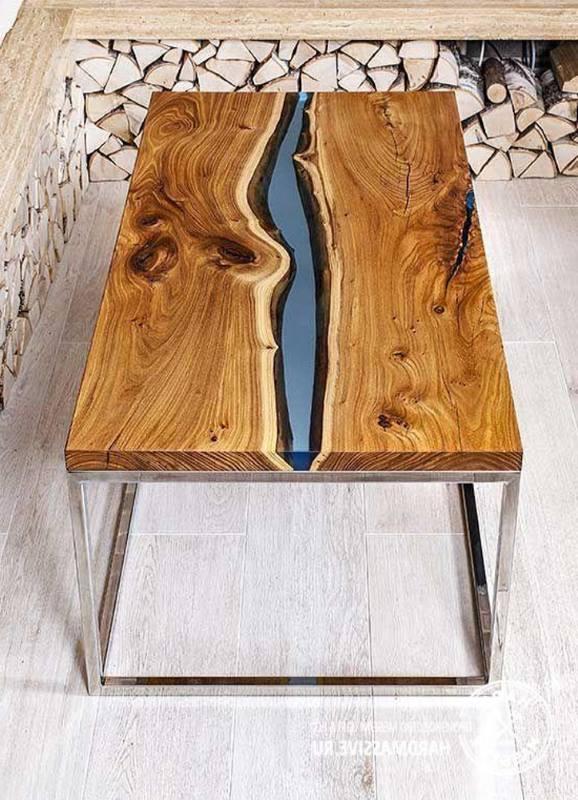 Деревянный стол с элементом из эпоксидной столы