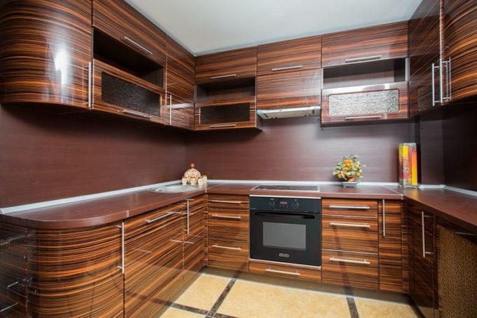 Кухня из древесины зебрано