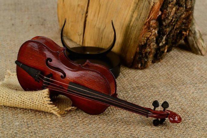 Скрипка из красного дерева
