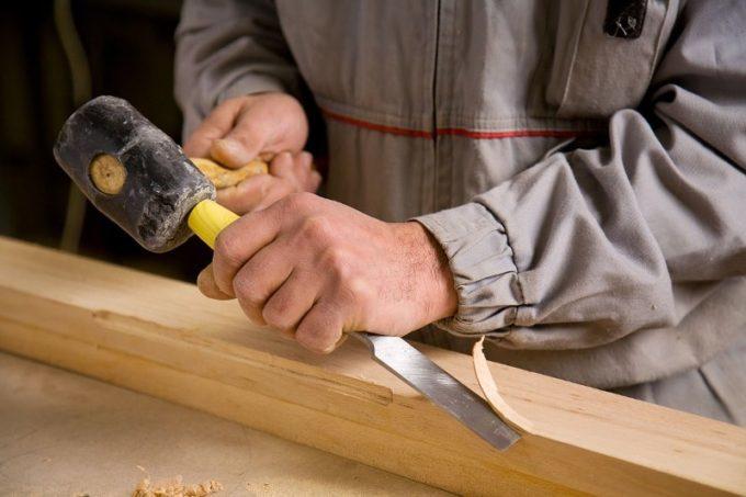 Рабобта стамеской с помощью молотка