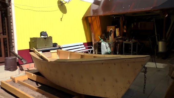 Завершительный этап изготовления лодки из фанеры