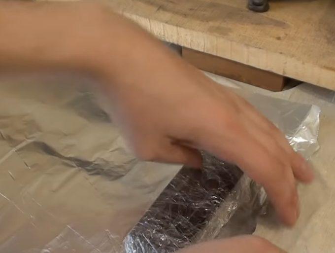 Заворачиваем бруски в пленку и фольгу