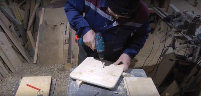 Сверление отверстий для крепления ножек к сидушке