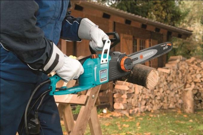 Электрическая цепная пила - идеальный инструмент для распила древесины