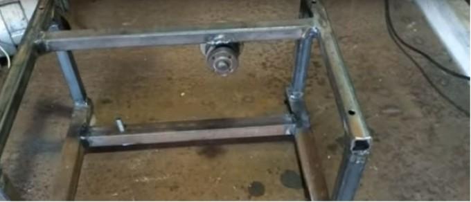Для крепления дисковой пилы используются стандартные шайбы и гайки болгарки