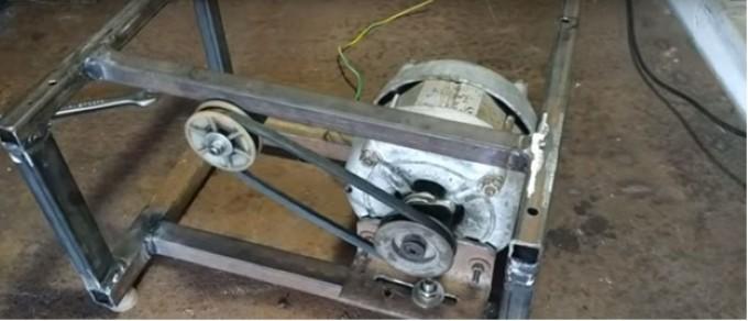 После натяжения ремня фиксируется положение двигателя
