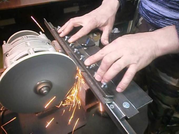 Процесс заточки ножа для фуганка